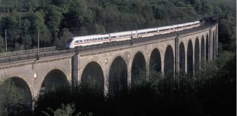 ICE auf Viadukt in Altenbeken